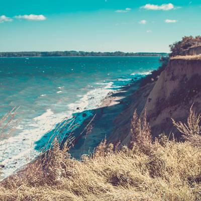 Steilküste mit blauem Himmel