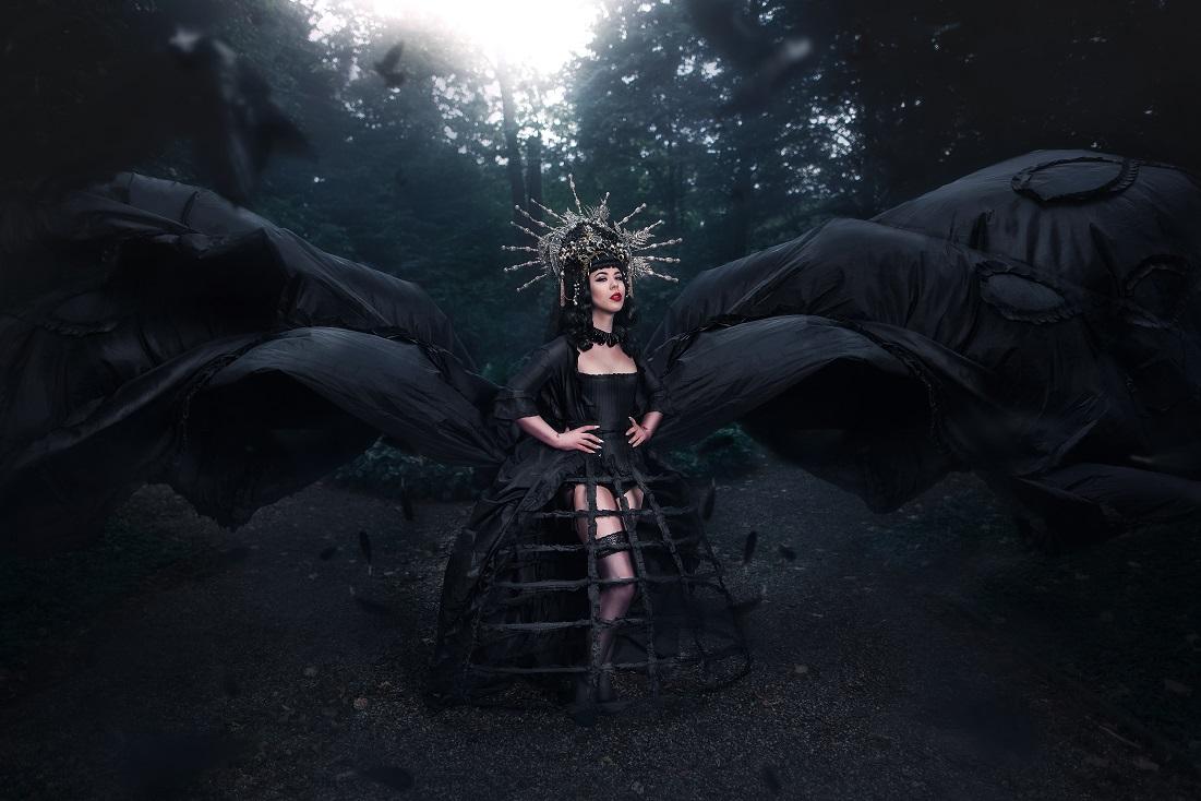 Schwarze Königin im Wald