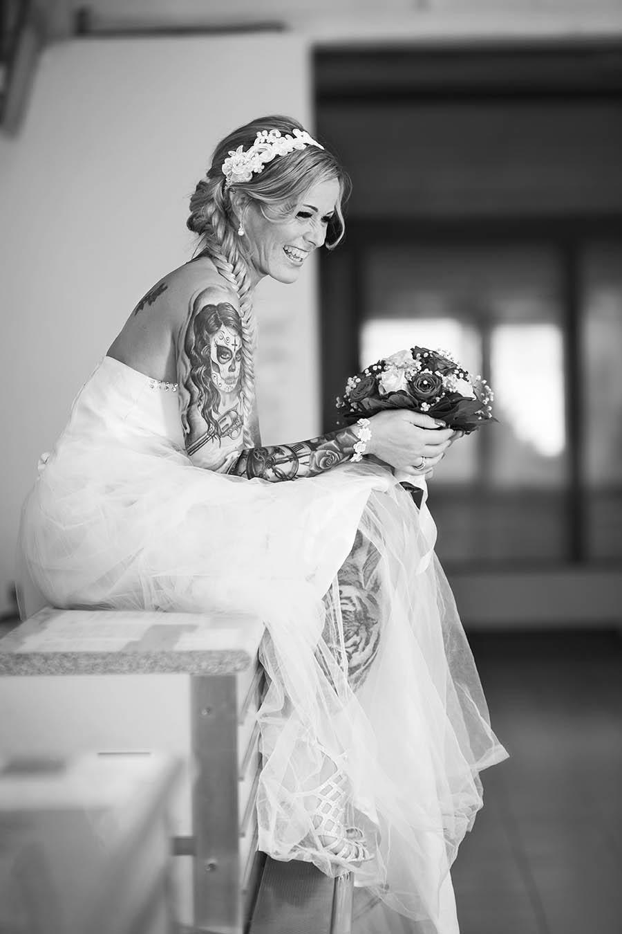Frau im Brautkleid auf dem Tresen