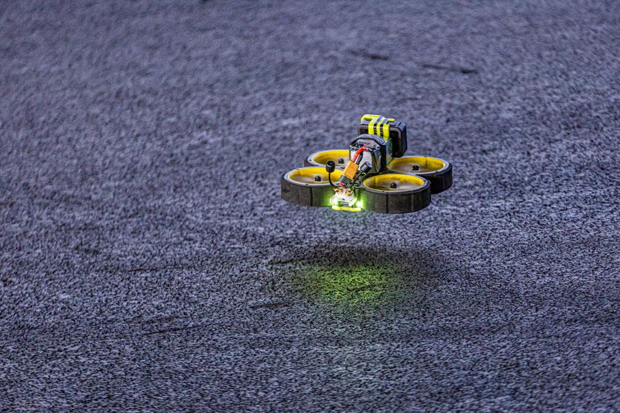 FPV Drohne auf der Kartbahn