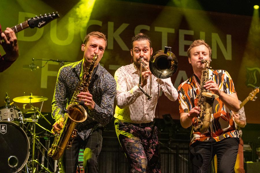 Performen auf der Bühne - die Band FATCAT